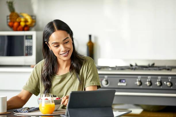 Lächelnde Frau, die Film auf digitalem Tablet anschaut – Foto