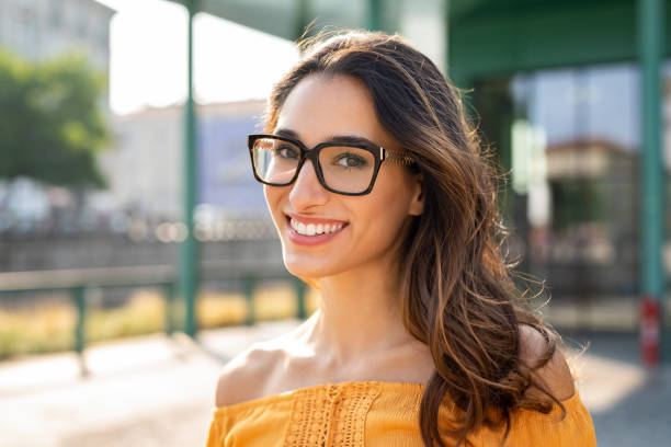 gülümseyen kadın gözlük açık giyen - gözlük stok fotoğraflar ve resimler