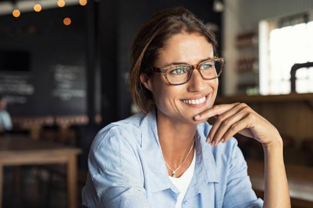 gülümseyen kadın gözlük takıyor - gözlük stok fotoğraflar ve resimler