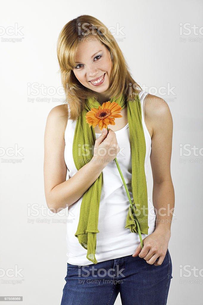 Femme souriante avec une fleur photo libre de droits