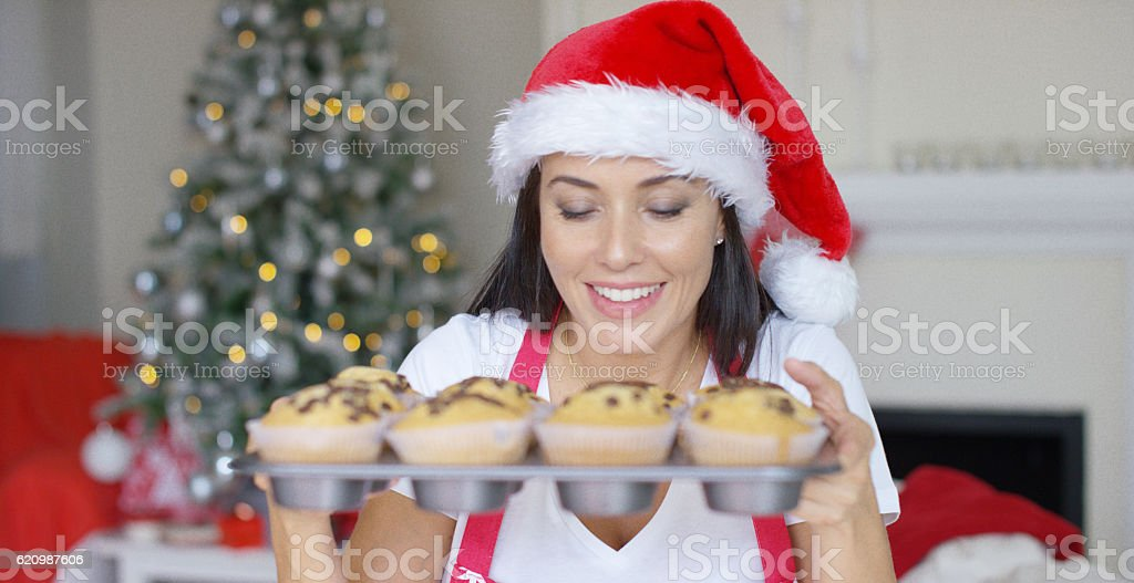 Smiling woman with a tray of freshly baked cakes foto royalty-free