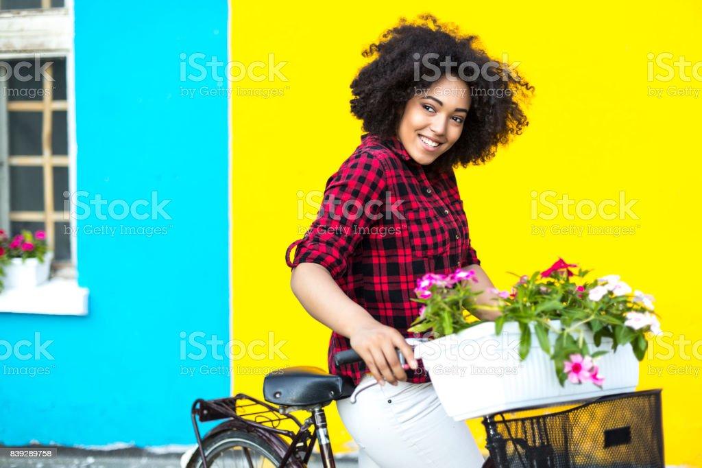 Lachelnde Frau Mit Fahrrad Tragen Blumen Im Topf Stockfoto Und Mehr