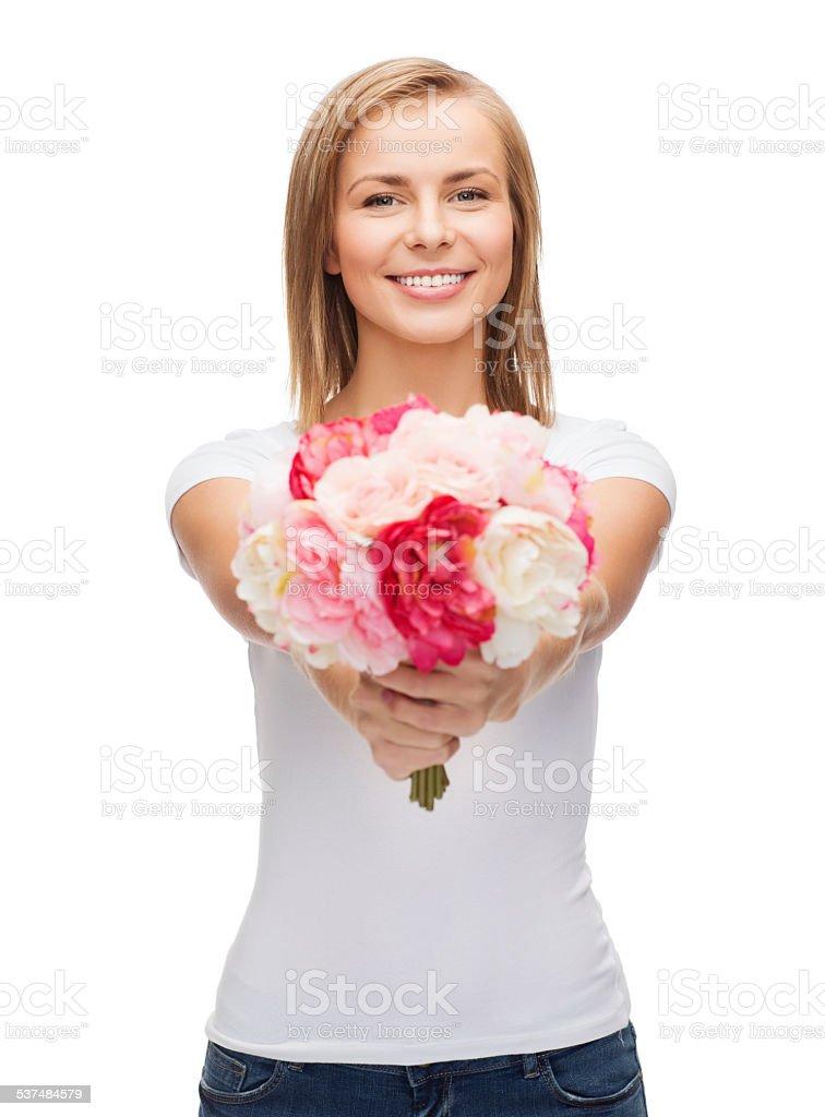 Улыбающаяся женщина с Букет цветов стоковое фото