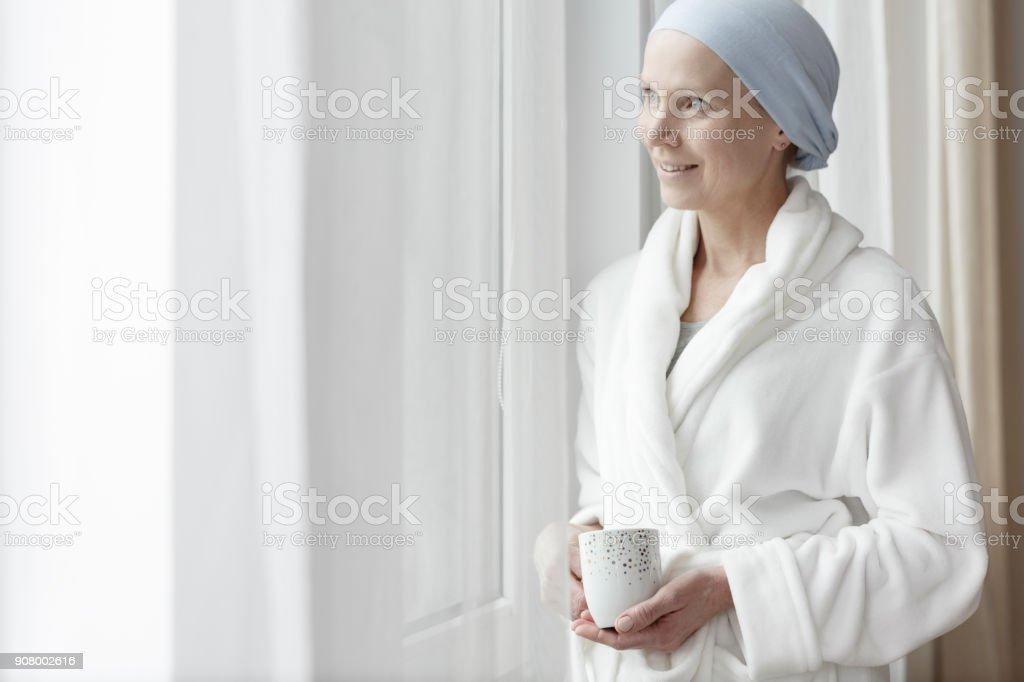 Mujer sonriente con el cáncer - foto de stock