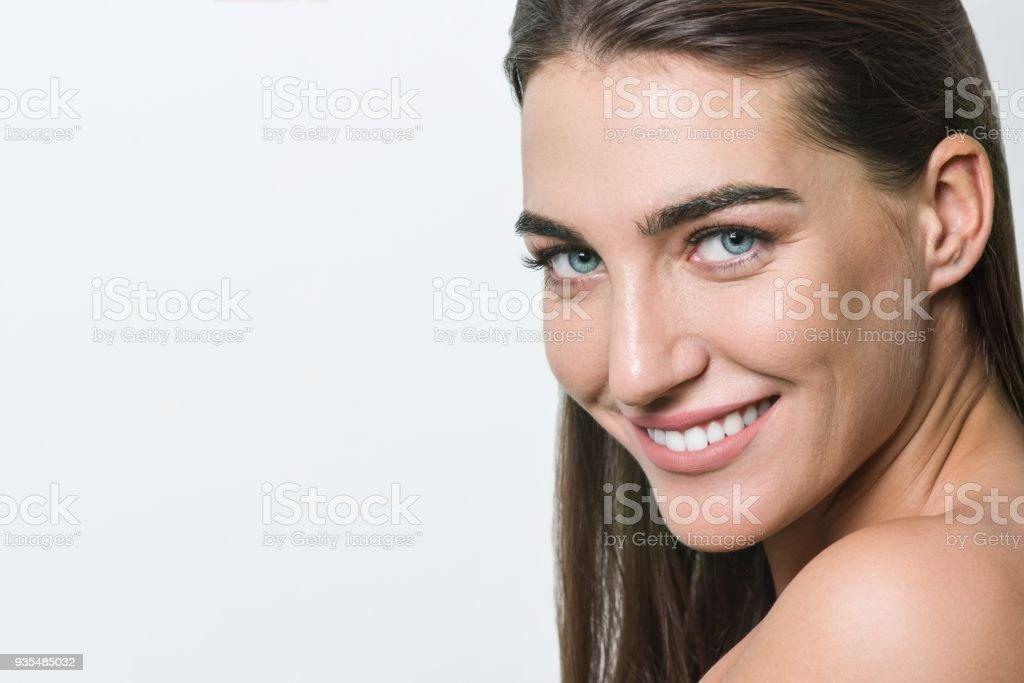Foto De Mulher Sorridente Com Maquiagem Pele Limpa Natural Olhos