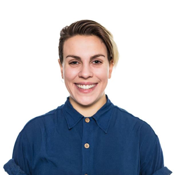 Lächelnde Frau mit kurzen blonden Haaren im Hemd – Foto