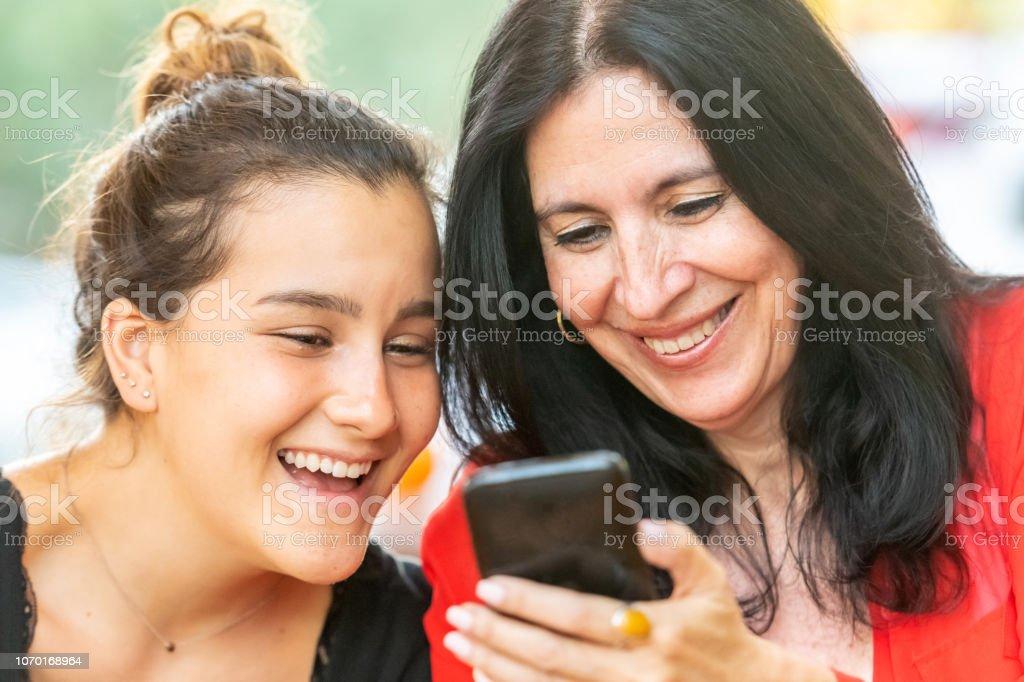 Lächelnde Frauen Blick auf ein smart phone – Foto