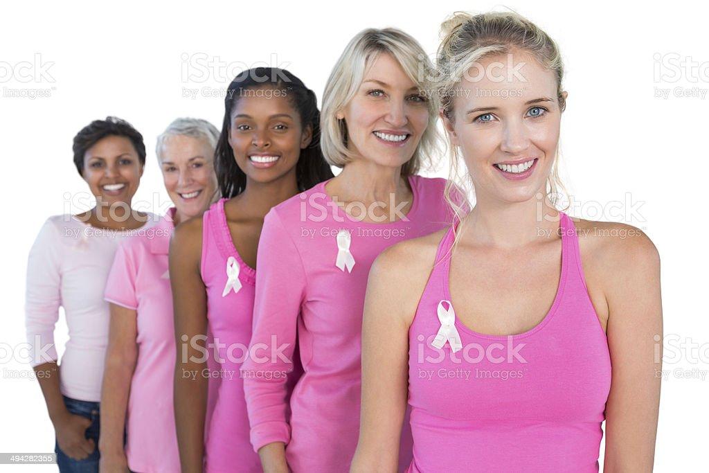 Sonriente mujer usando Rosa y cintas para el cáncer de mama - foto de stock