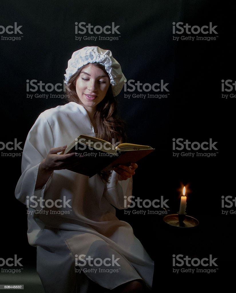 Jeune adulte femme lecture - Photo