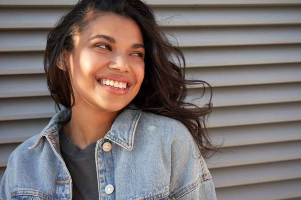 笑って目をそらす若いアフリカ系アメリカ人の十代の女の子に笑って、ヘッドショット。 - gen z ストックフォトと画像