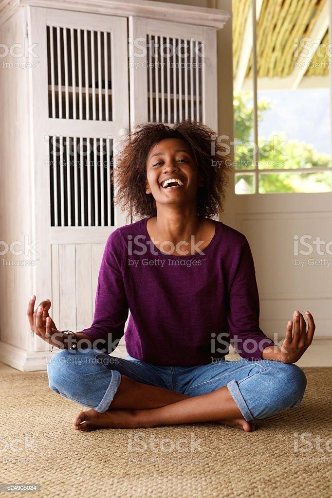 Lachelnde Junge Schwarze Frau Sitzen Auf Boden In Der Praxis Yoga