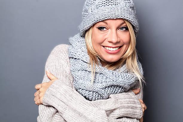 smiling young blond woman enjoying fashionable soft wool winter – Foto