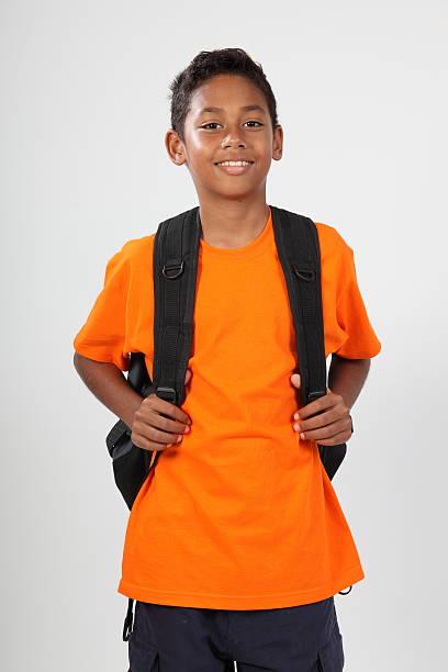 sorridente giovane ragazzo 11 con zaino pronto per la scuola - cartella scolastica foto e immagini stock