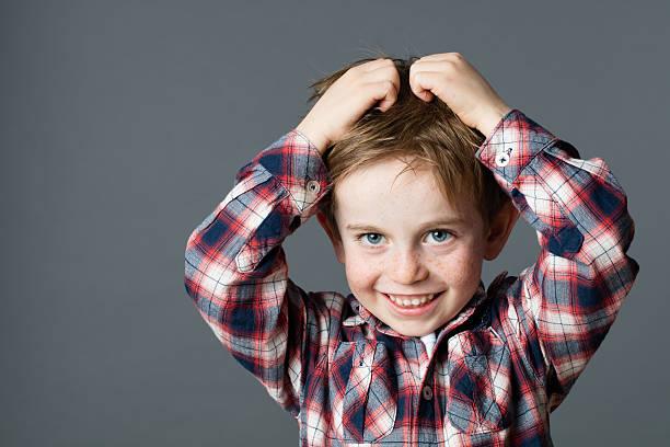 Lächelnde junge für Kopf kratzen Haar läuse oder Allergien – Foto
