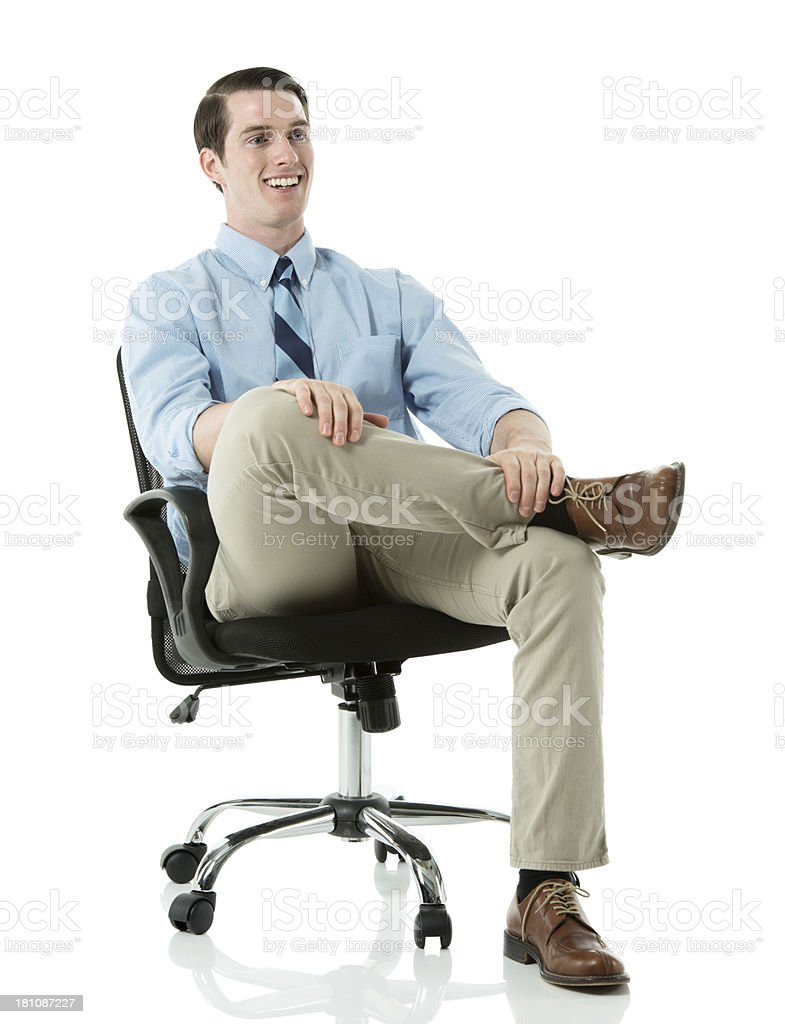 Joven Negocios En Sentado Oficina Una Silla De Sonriente Hombre dCWBrxoe