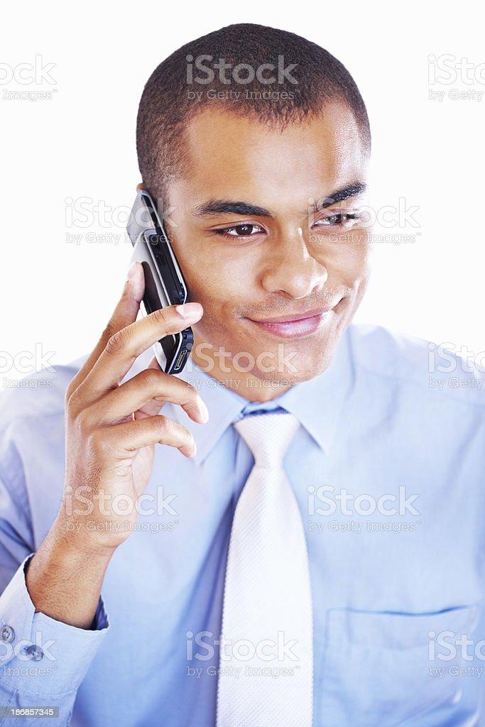 Lächelnder, junger Geschäftsmann reden über cellphone – Foto