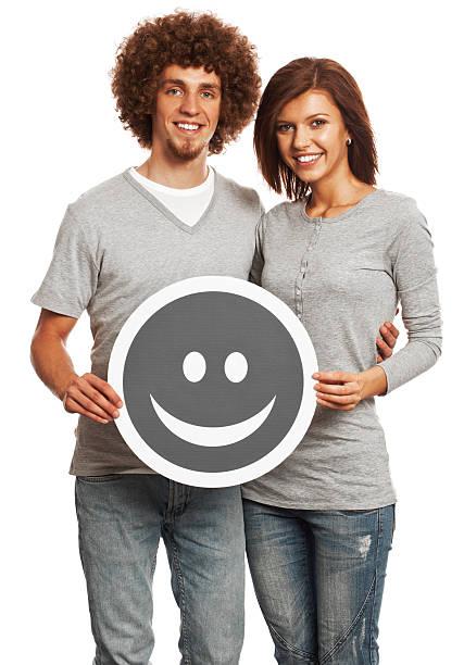lächelnd junges paar holding glücklichen lächeln-isoliert auf weiß. - emoticon hug stock-fotos und bilder