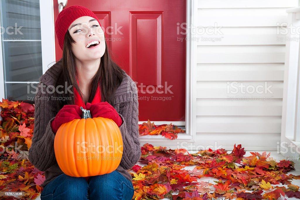 Sorrindo Jovem mulher segurando uma abóbora - foto de acervo