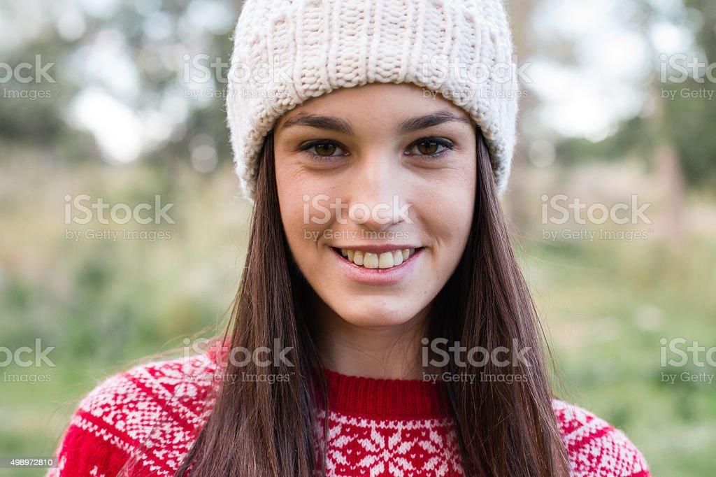 c45d0340b4be Sorridente giovane ragazza che indossa abbigliamento invernale guarda alla  macchina fotografica foto stock royalty-free