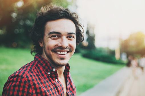 Lächelnden Junger Mann Stockfoto und mehr Bilder von 25-29 Jahre
