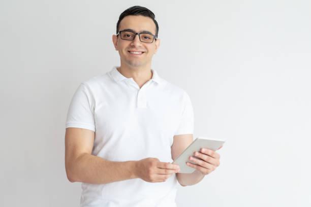 Lächelnder junge Mann mit Tablet-PC – Foto
