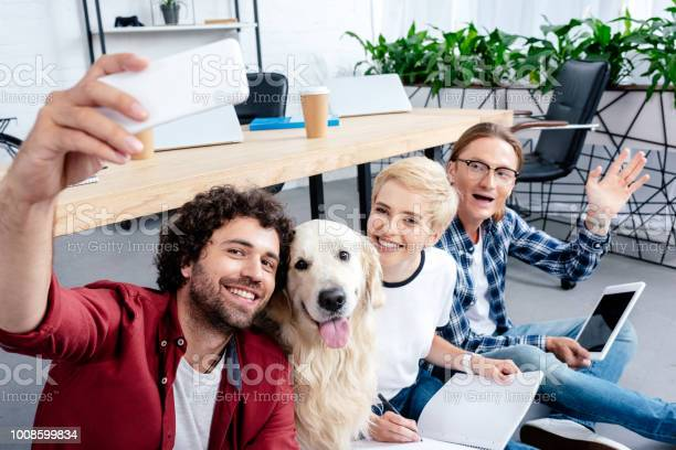 Smiling young people taking selfie with labrador in office picture id1008599834?b=1&k=6&m=1008599834&s=612x612&h=e2nc9nkaxjytbbcw5fe89pzazjmuxak2j49rkw6go9q=