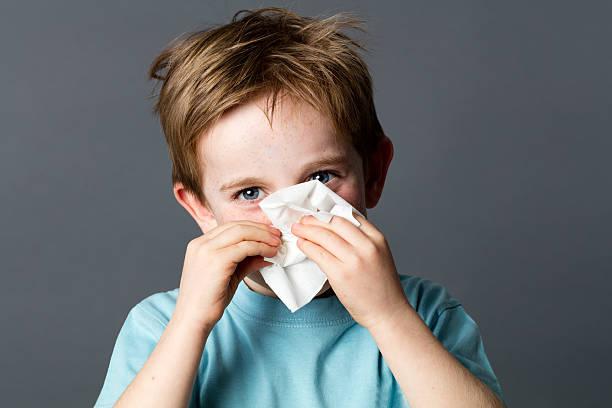 Lächelnde junge Vorschulkind mit Gewebe für kaltes oder rhinitis – Foto