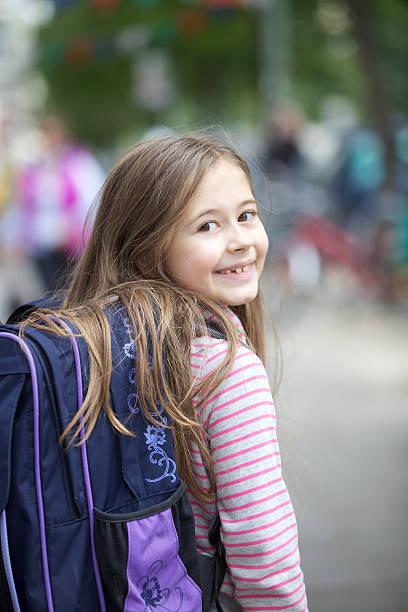 going-to-school-look - liebeskind umhängetasche stock-fotos und bilder