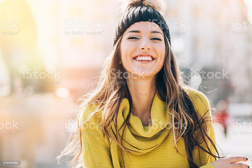 Sonriente mujer joven en la luz del sol - foto de stock