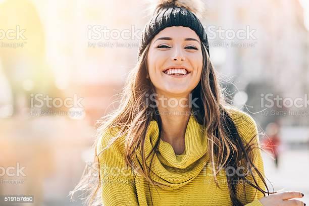 Lächelnde junge Frau im Sonnenlicht - Lizenzfrei Attraktive Frau Stock-Foto