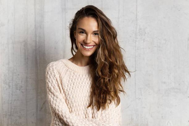微笑的年輕女子感到快樂 - 微笑 個照片及圖片檔