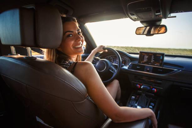Lächelnde junge Frau auf Roadtrip – Foto