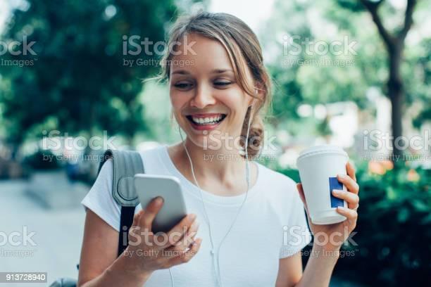 영상 통화를 야외에서 데 웃는 젊은 여자 T 셔츠에 대한 스톡 사진 및 기타 이미지