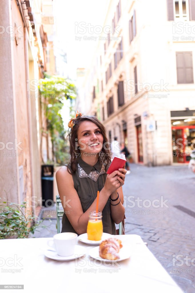 Smiling young woman holding notebook - Foto stock royalty-free di Adulto