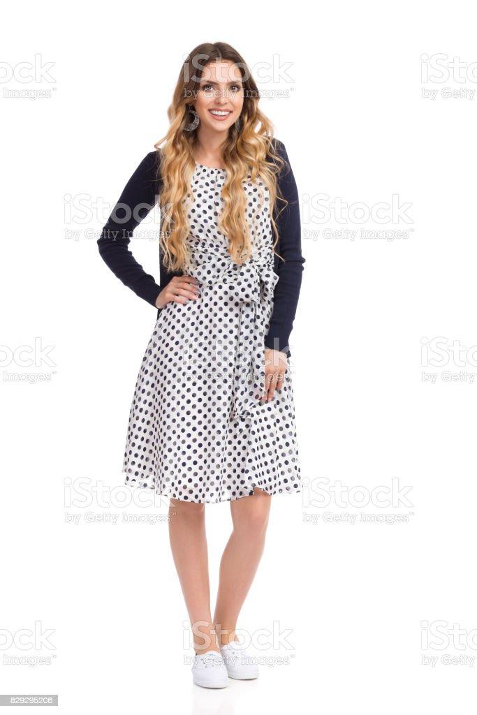 Junge Lächelnde Im Und Frau Gepunkteten Strickjacke Kleid Y76bygf