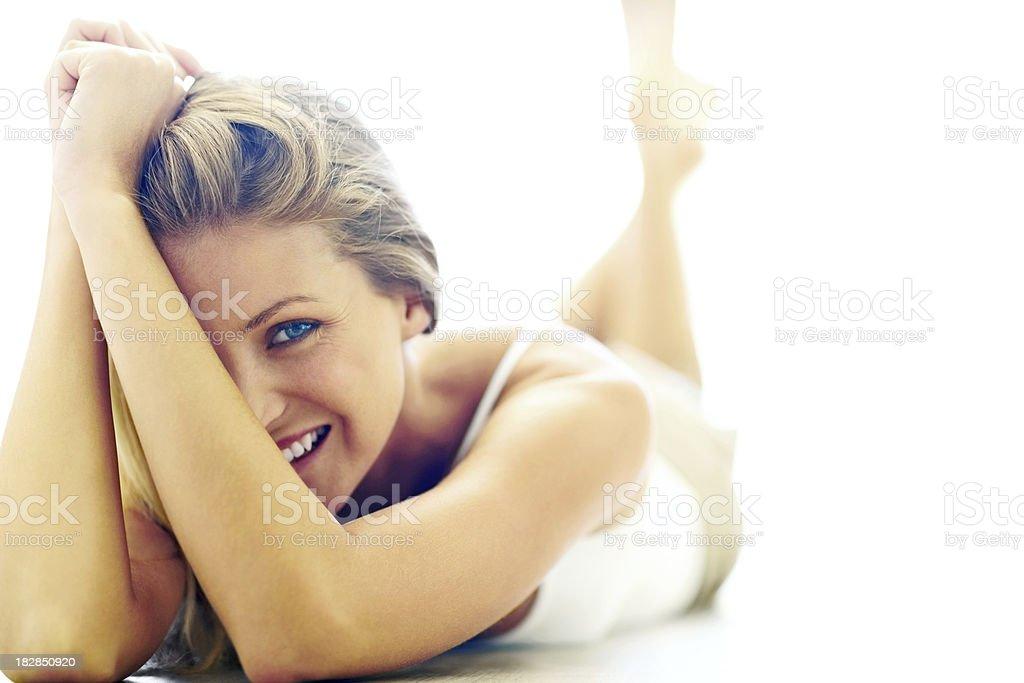 Lächelnde Junge Frau liegt auf Ihrem Bauch Lizenzfreies stock-foto