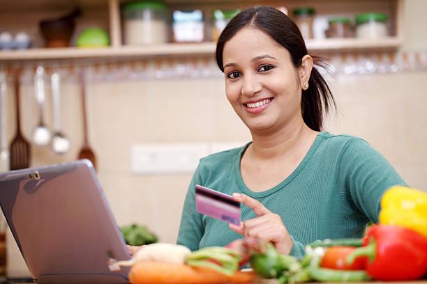 sorrindo jovem mulher compras on-line - dona de casa - fotografias e filmes do acervo