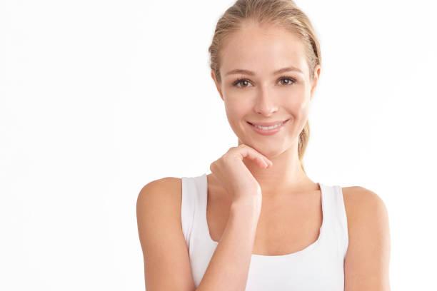 Lächelnde junge Frau Porträt mit schönem Gesicht – Foto