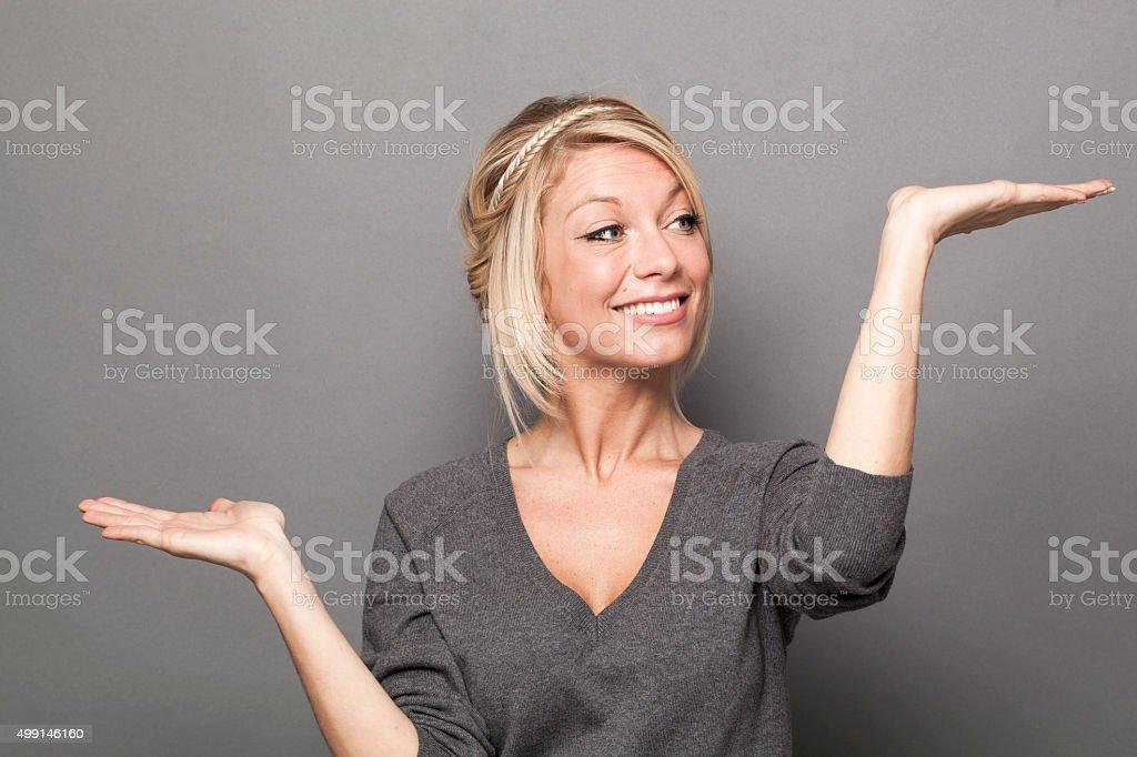 Lächelnde junge Frau Fragen eine Auswahl an Produkten oder Dienstleistungen – Foto