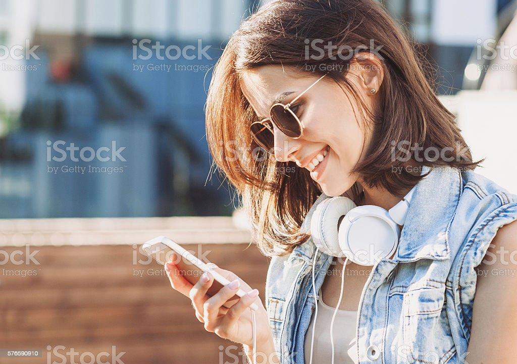 Sonriente mujer joven usando teléfono inteligente - foto de stock