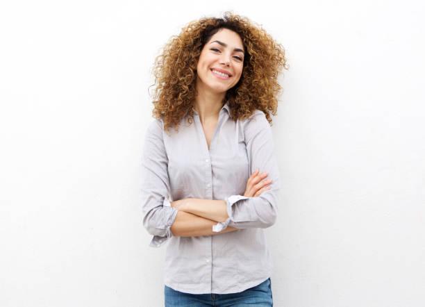 gülümseyen beyaz arka plan karşı kıvırcık saçlı genç kadın - white background stok fotoğraflar ve resimler