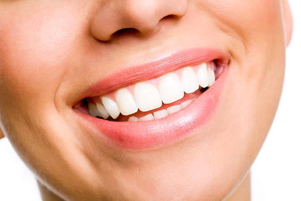 Souriante jeune femme avec des dents blanches - Photo