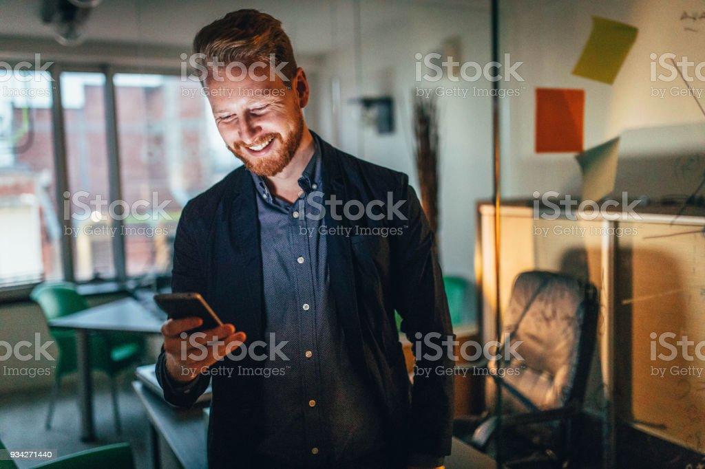 Smilng Geschäftsmann mit Smartphone – Foto