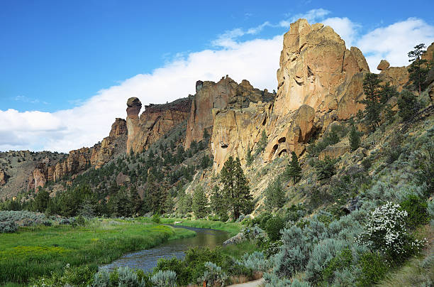 Smith Rock Park Crooked river in Smith Rock Park, Oregon oregon us state stock pictures, royalty-free photos & images