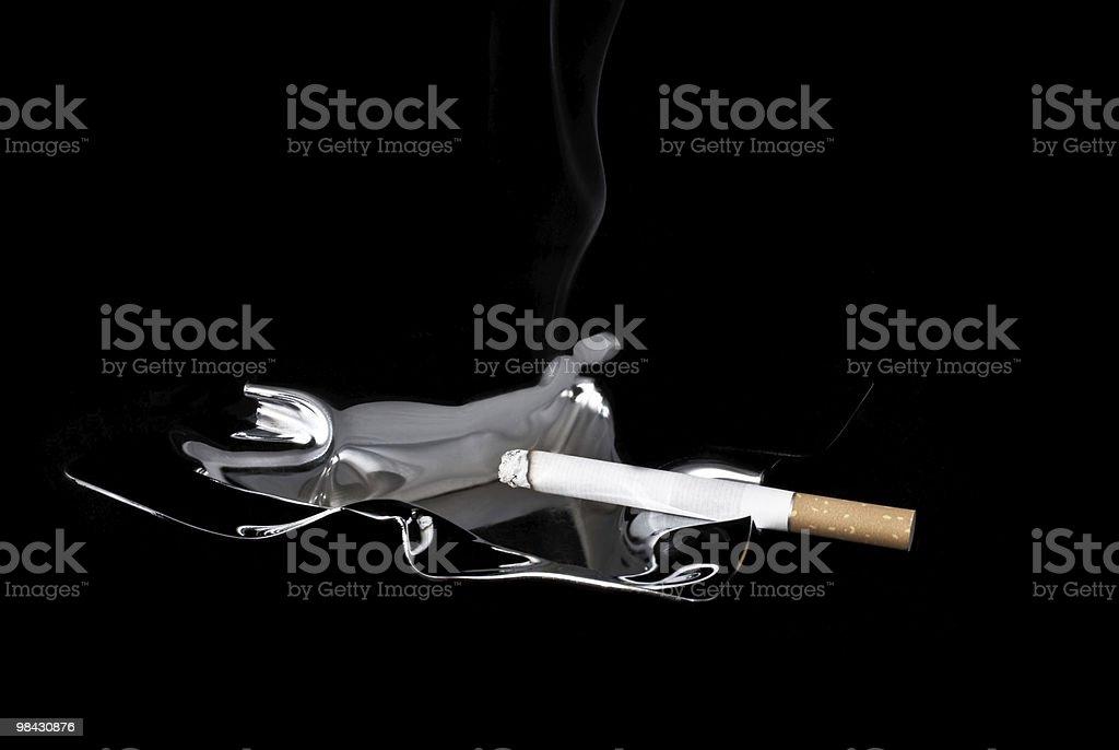 연기 및 담배를 재떨이 royalty-free 스톡 사진