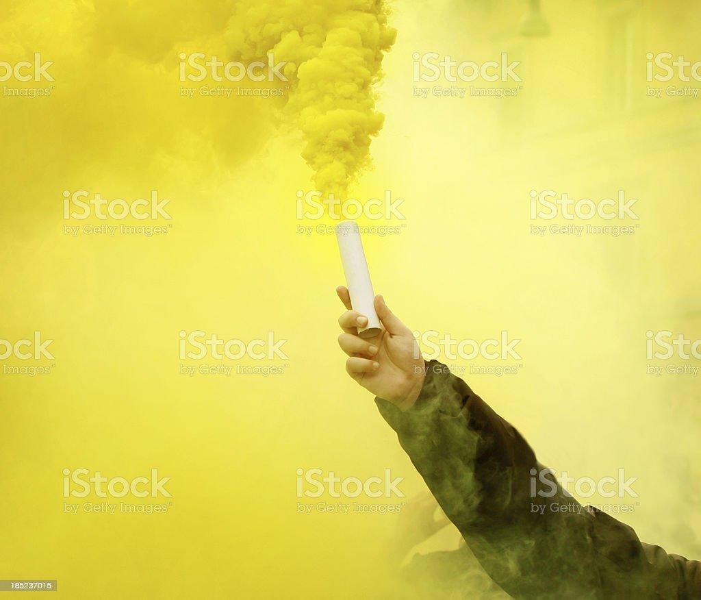 Bomba de humo en la mano durante protesta - foto de stock