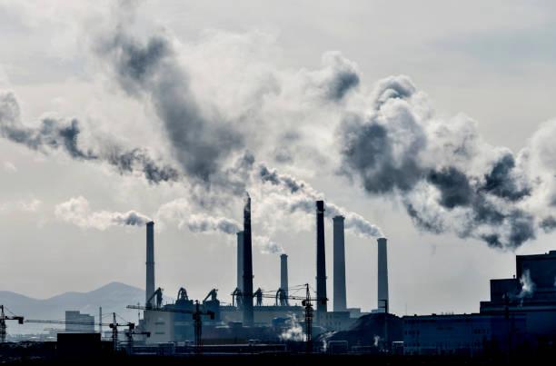 humo de la central eléctrica - contaminación ambiental fotografías e imágenes de stock