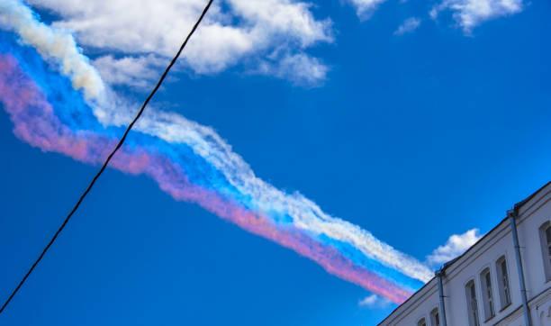 rauch in den farben der russischen flagge links in den himmel von su-25 angreifen flugzeuge auf der parade des sieges im großen vaterländischen krieg - wortarten bestimmen übungen stock-fotos und bilder