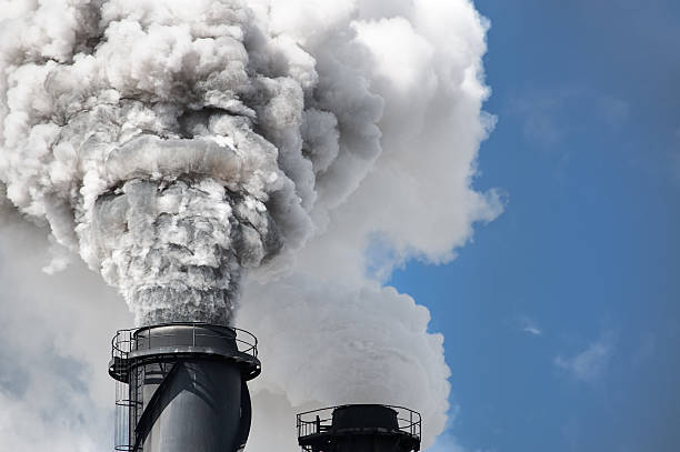 schornstein umweltverschmutzung - was ist co2 stock-fotos und bilder