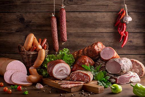 копчености и колбасные изделия в ассортименте